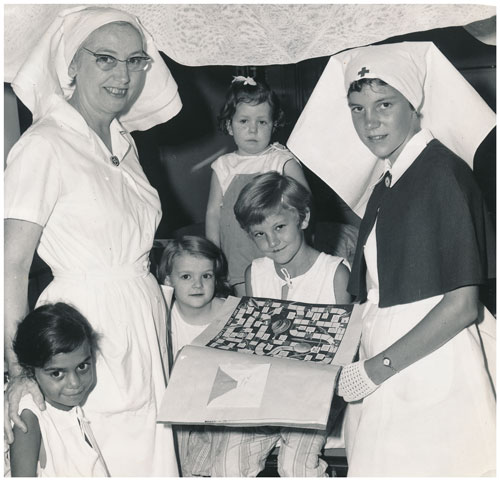 Sister Avis Smith (née Auton) with children at Rockhampton Hospital in 1964.
